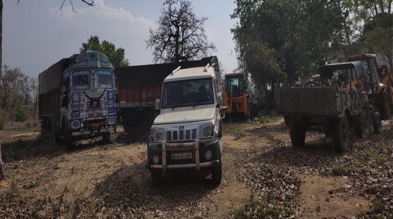रात में पुलिस की बड़ी कार्रवाई -अवैध कोयला खदानों से जप्त किया 5 लाख  से अधिक का कोयला तीन ट्रक दो ट्रैक्टर एक जेसीबी सहित एक बोलेरो