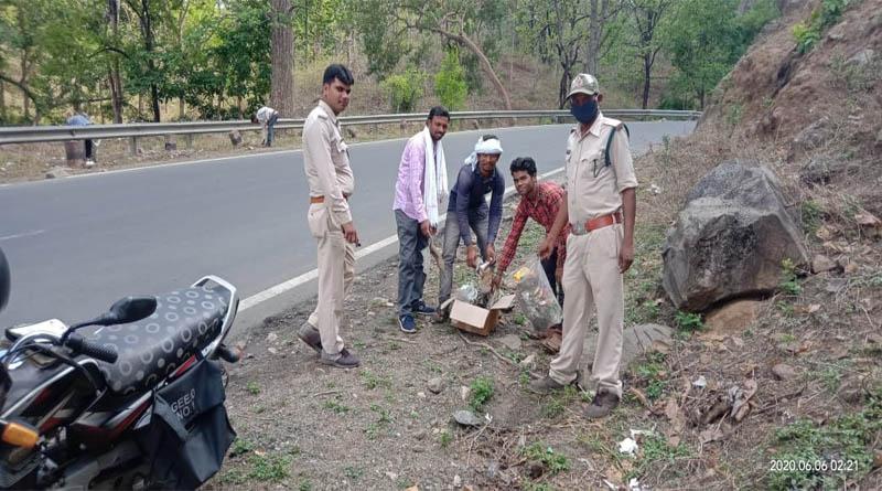 विश्व पर्यावरण दिवस पर वन विभाग द्वारा बरेठा घाट पर रोड के दोनों तरफ साफ सफाई व बरेठा ग्राम में किया गया वृक्षारोपण