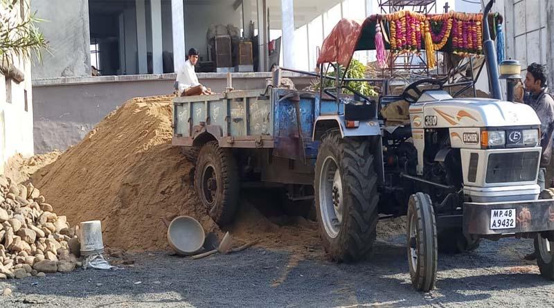 जहां मिल रही रेत वहीं खुदाई कर देते हैं शुरू आमला ब्लाक में रेत का अवैध कारोबार जोरो पर