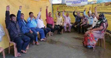 नौवें  दिन भी जारी प्रदर्शन -जनपद पंचायत आमला में समस्त सचिव, रोजगार सहायक और कर्मचारी हड़ताल पर