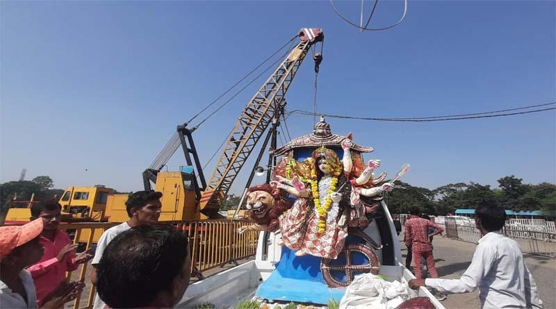 देवी दुर्गा की प्रतिमाओं का विसर्जन देर रात तक जारी रहा